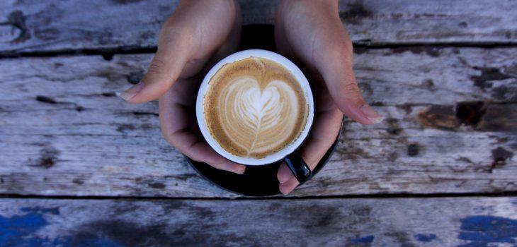 Mains autour d'une tasse de café